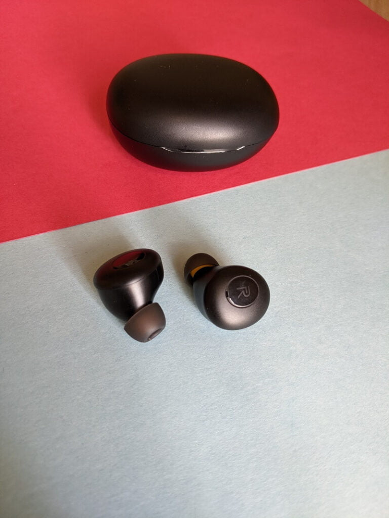Realme Buds Q charging case (closed) and earbuds