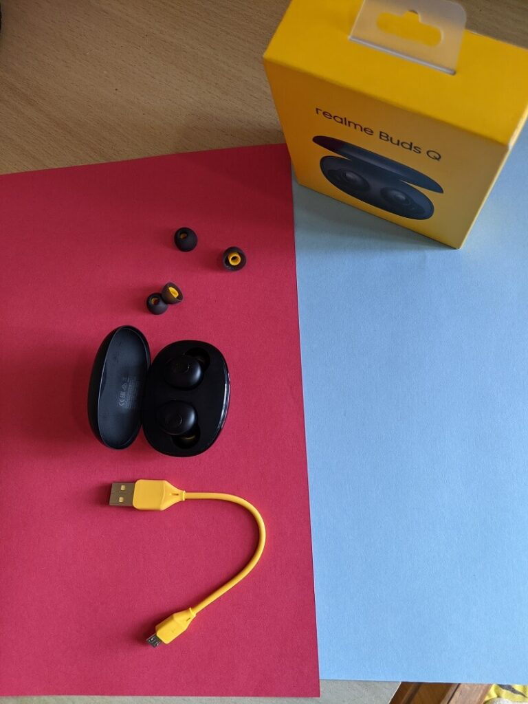 Ariel view of Realme Buds Q, box, cable and ear tips